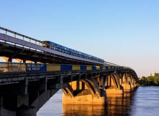 В Киеве молодые хулиганы прыгали с крыши вагона метро в Днепр