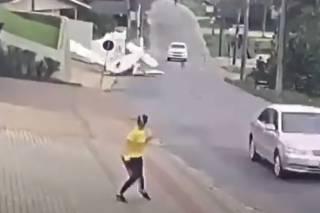 Появилось видео, как в Бразилии самолет рухнул на улицу