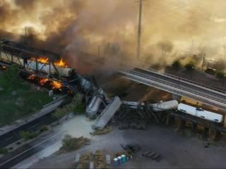 В США поезд сошел с рельсов и загорелся прямо на мосту