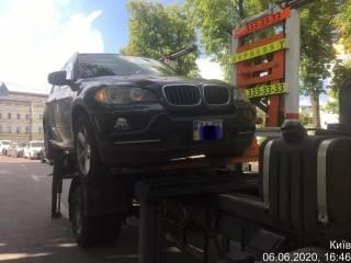 Киевские власти похвастались, как эвакуируют элитные авто за неправильную парковку