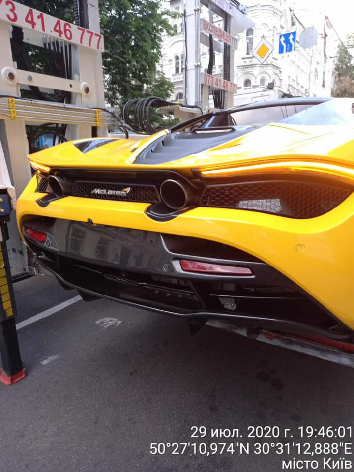 Эвакуатор забирает McLaren на улицах Киева