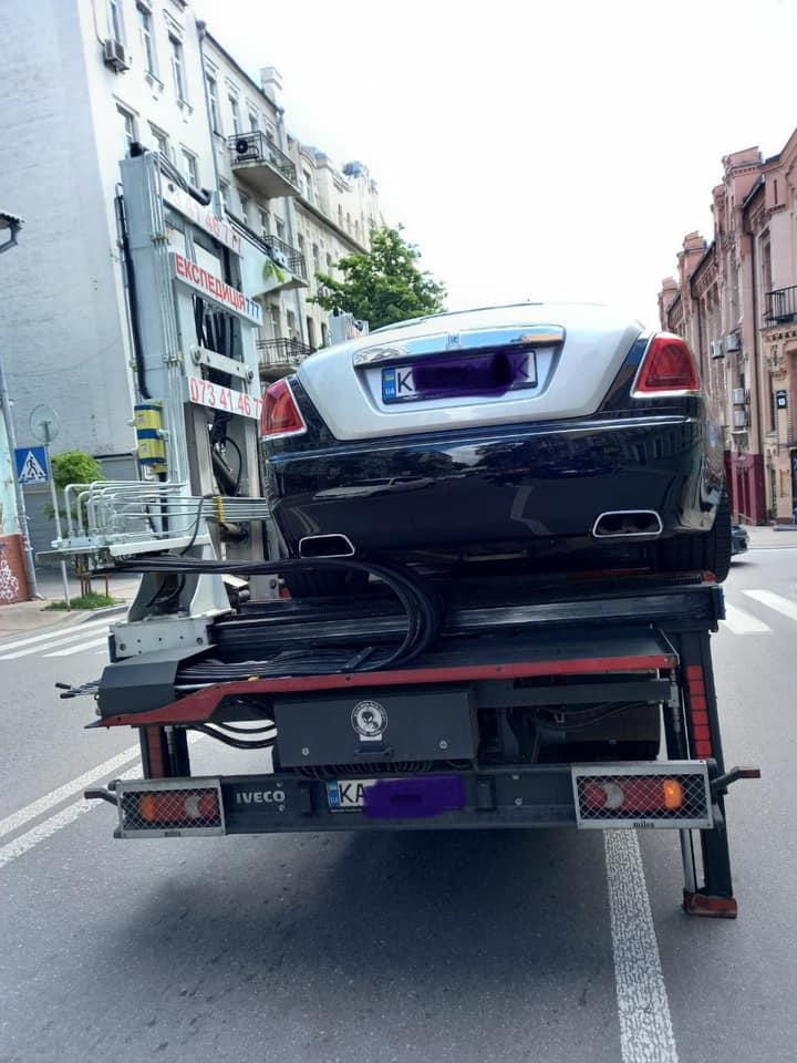 Эвакуатор забирает элитное авто на улицах Киева