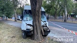 Суровый николаевский водитель на полном ходу ударил маршрутку с пассажирами об дерево