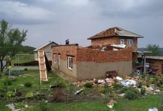 На Буковине мощный ураган срывал крыши с домов