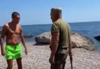 В аннексированном Россией Крыму охранник выгонял отдыхающих с пляжа нагайкой