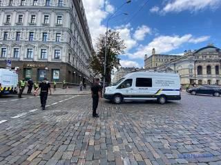 В центре Киева неизвестный с бомбой в рюкзаке угрожает взорвать отделение банка