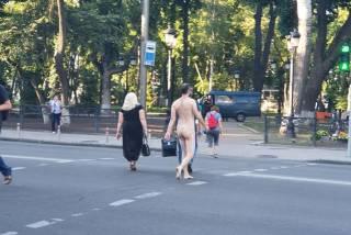 Абсолютно голый мужчина гулял по правительственному кварталу в Киеве