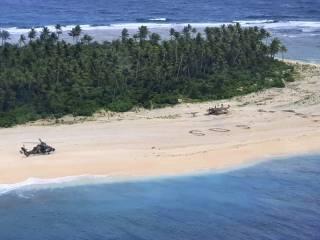 Огромная надпись SOS на песке помогла спасти троих моряков на необитаемом острове