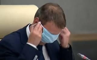 Мэр одного из российских городов опозорился, пытаясь натянуть защитную маску на глаза
