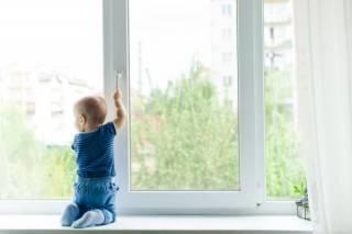 В Херсоне маленькая девочка выпала из окна, опершись на москитку