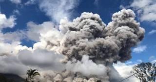 Очевидцы засняли на видео мощнейшее извержение вулкана в Индонезии