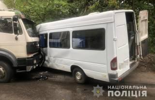 В Днепре грузовик протаранил маршрутку – пострадали люди