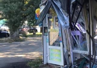 На окраине Киева маршрутка на полном ходу протаранила продуктовый ларек