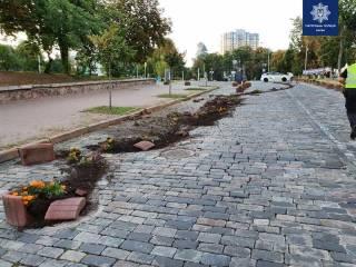 Пьяный водитель на люксовом авто снес цветочные клумбы в самом центре Киева
