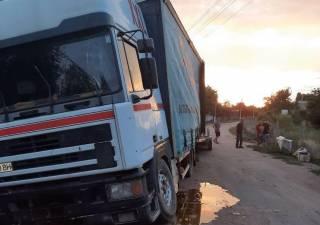 Сладкое ДТП: на Николаевщине парень угнал фуру, груженную медом, и не справился с управлением