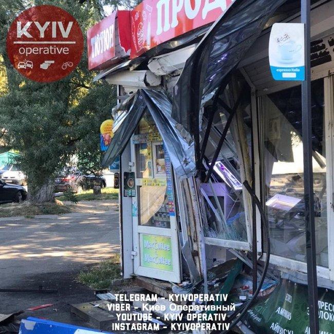 Маршрутка протаранила продуктовый ларек в Святошинском районе Киева