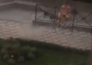 Молодая пара занялась сексом в фешенебельном районе Киева и попала на видео