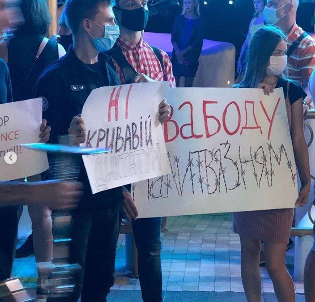Акция поддержки белорусов в Одессе перед концертом Сергея Михалка