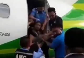Что делают с буйными пассажирами самолетов в Индонезии? Появилось жесткое видео