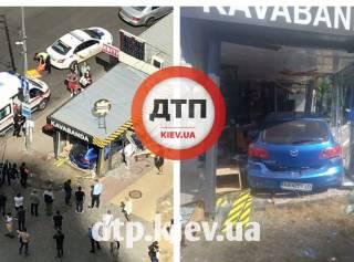В Киеве Mazda неудачно «припарковалась» в кофейне