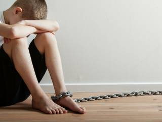Под Одессой мужчина избил ребенка и посадил его на цепь