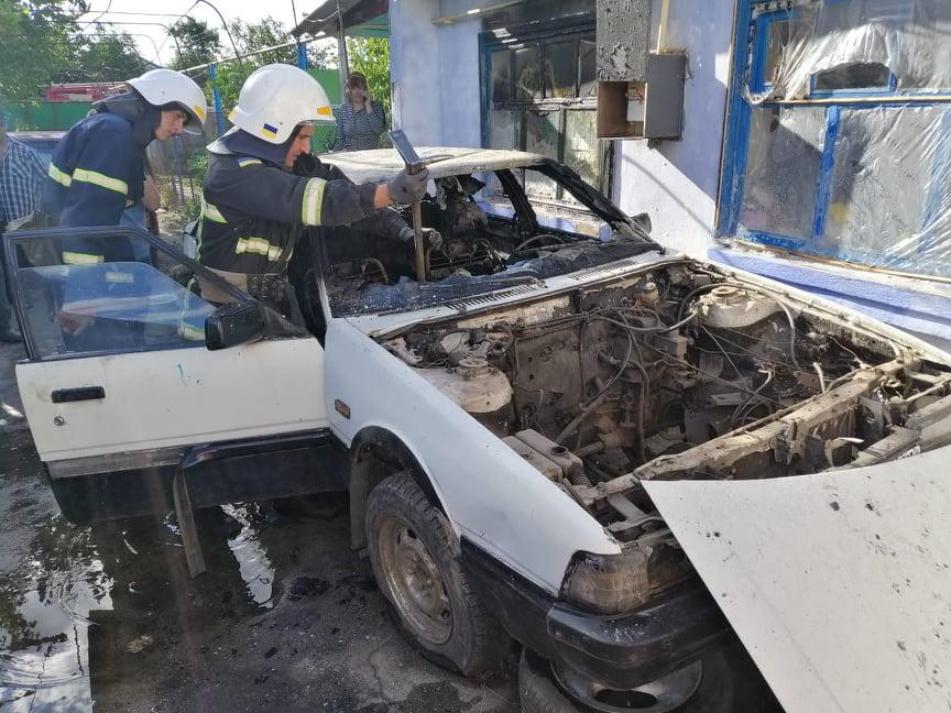 Сгоревшая Mazda 626 в селе на Николаевщине