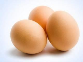 Жителям США посоветовали не употреблять в пищу сырые яйца и не давать детям сосиски