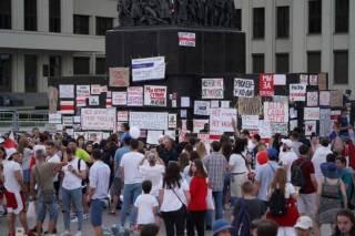 «Саша, не пи*ди, у тебя не 80%»: белорусы обклеили памятник Ленину самодельными плакатами