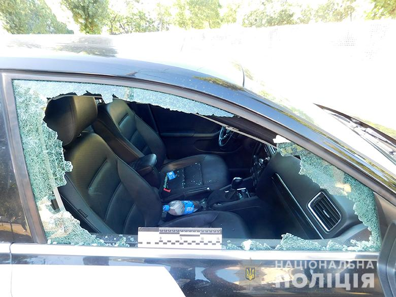 Пострадавшее от нападения иностранцев авто на Оболони