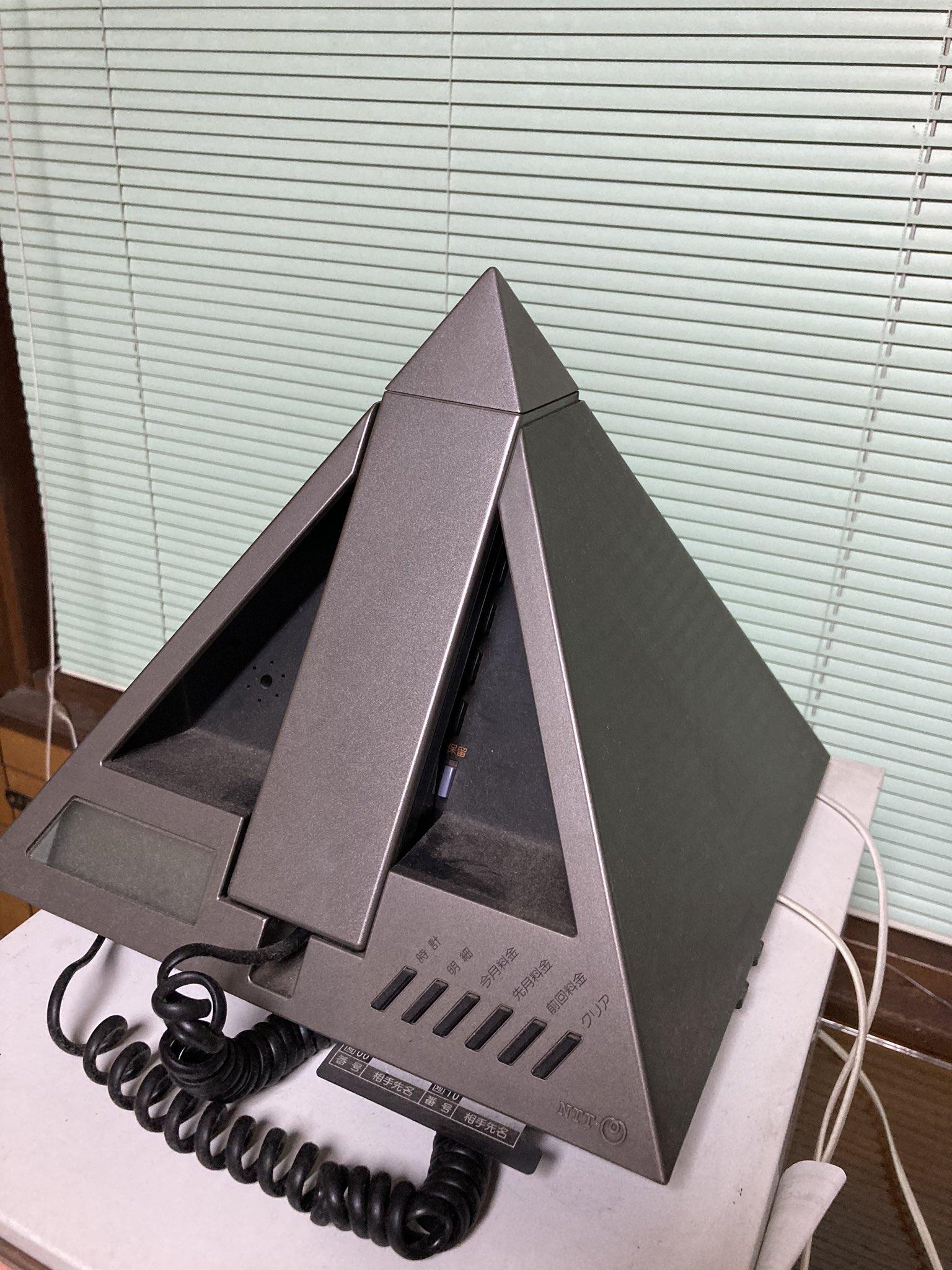 Японский гаджет в форме пирамиды