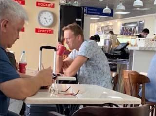 Навальный выпил чаю в российском аэропорту и оказался в коме