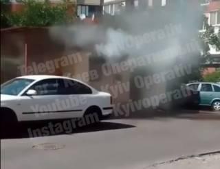 В Сети появилось видео страшного ЧП на Троещине: мужчина поджог магазин и выпрыгнул из окна