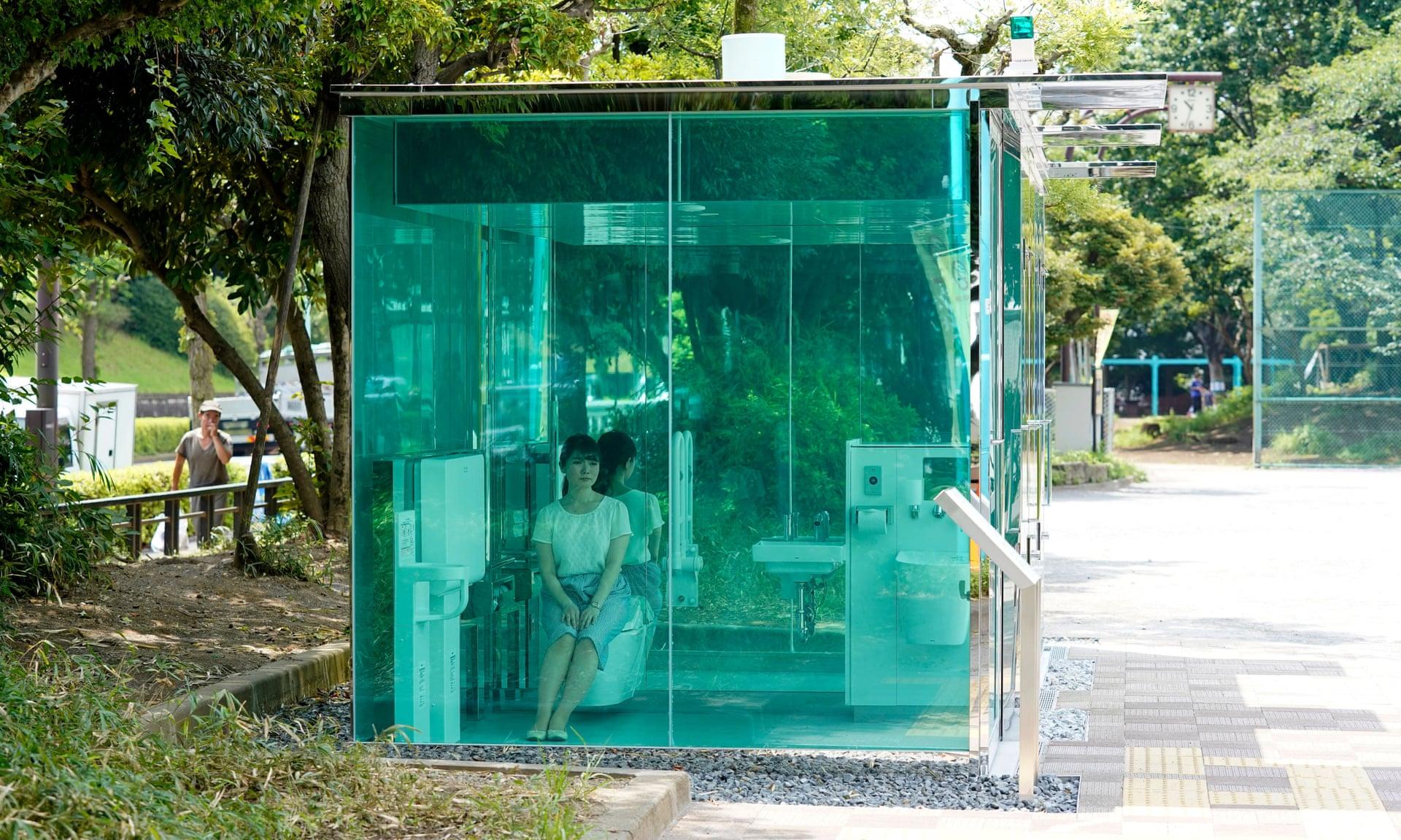 Прозрачный общественный туалет в Киеве