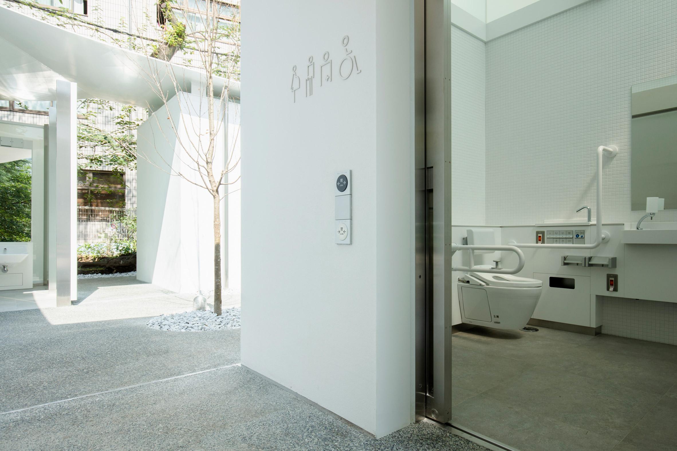 Необычный общественный туалет в Токио