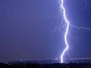 Как напалмом: в Сети опубликовали видео невероятного удара молнии