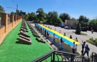 В Запорожье армянская молодежь Украины развернула 26-метровый флаг Украины