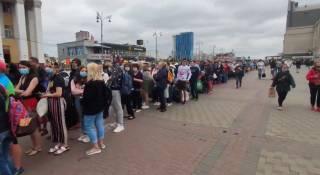 На вокзале в Киеве выстроилась огромная очередь людей. Причина неизвестна