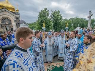 В Киево-Печерской лавре тысячи православных отмечают престольный праздник
