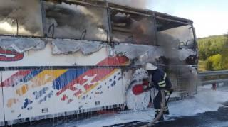 В Киевской области сгорел автобус: появилось видео с места ЧП