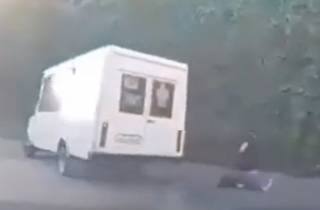 Появилось видео, как в Днепре парень выпал из едущей маршрутки