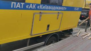 В Киеве машина водоканала провалилась под асфальт