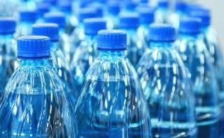 Диетолог предупредила об опасности воды в пластиковых бутылках: названа причина
