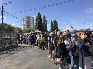На станциях метро в Киеве выстроились огромные очереди