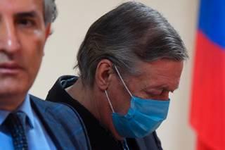Ефремову вынесли приговор в то время, как у здания суда назвали «настоящую виновницу» ДТП