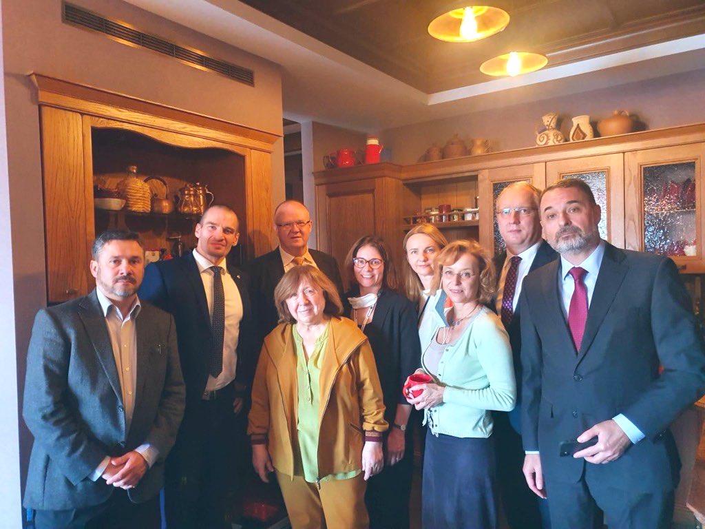 Лауреат Нобелевской премии по литературе Светлана Алексиевич в окружении дипломатов из шести стран