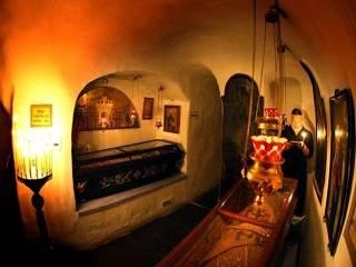 В Киево-Печерской лавре рассказали об обычаях молитвы в пещерах и о чудесах по молитвам к преподобным