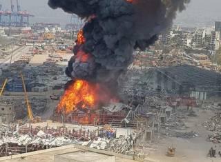 В многострадальном порту Бейрута бушует мощнейший пожар