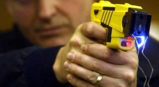 Украинские полицейские открыли для себя стреляющие электрошокеры