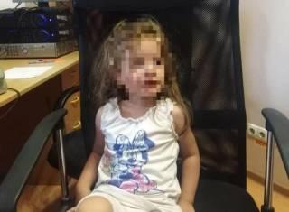 В Одессе 4-летняя девочка одна гуляла по городу, пока ее мама выпивала в кафе