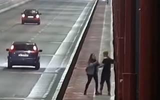 Появилось видео, как в Днепре молодой парень прыгнул с моста после ссоры с девушкой